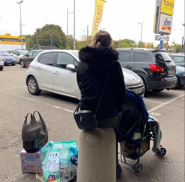 Jess devant un supermarché de Kehl, vendredi 16 octobre