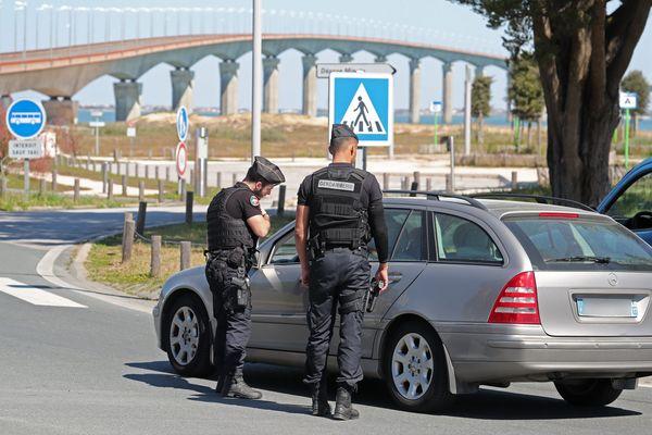 A La Rochelle, le 03 avril 2020, une opération de contrôle des forces de l'ordre à l'entrée du pont de l'île de Ré.