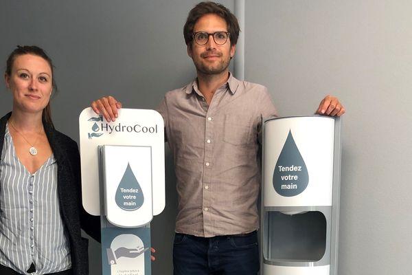 Nicolas Sclippa, et son associée Maud Lalo, présentent leurs deux bornes distributeurs de gel hydroalcoolique