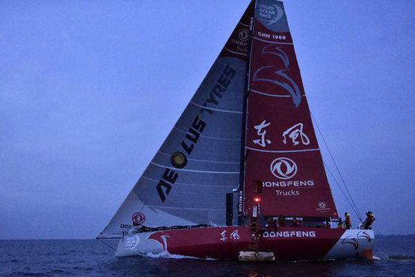 Le monocoque chinois Dongfeng à l'arrivée de la 8e étape de la Volvo Ocean Race à Lorient