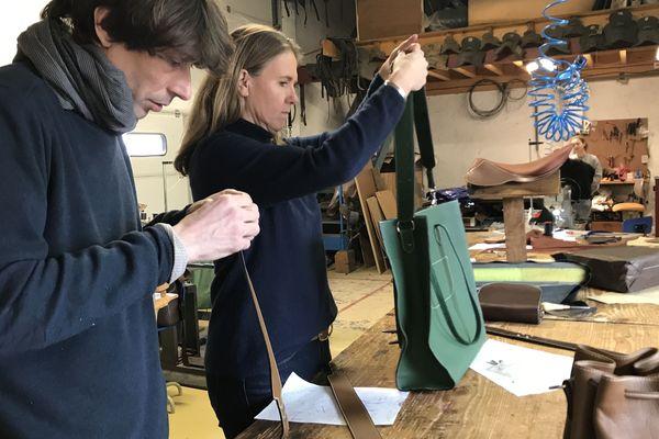 """Les accessoires du """"Cuir est dans le Pré """" sont fabriqués dans l'atelier de la Sellerie Percheronne à Saint-Agil."""
