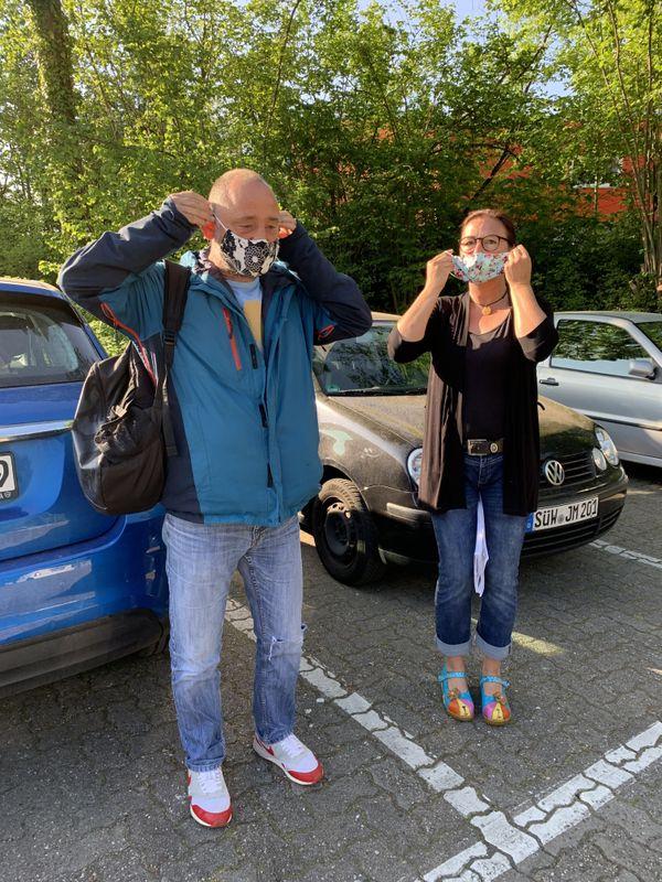 Ursula et Stefan Baumstark arrivent au lycée Konrad Adenauer de Landau lundi 27 avril, leur premier geste c'est de mettre un masque