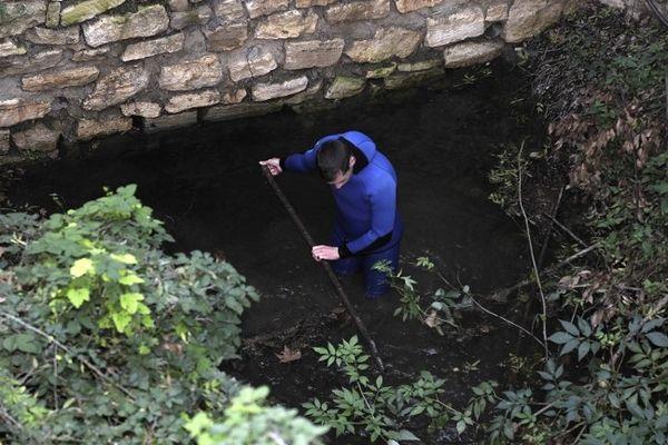 Barjac (Gard) - des gendarmes plongeurs et spéléologues sondent les rivières, les trous d'eau et les puits de mines - 14 novembre 2012.