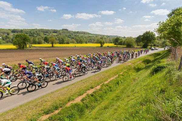 Le peloton du Tour de Bretagne dans la campagne costarmoricaine