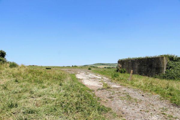 """Un ancien """"taxiway"""" de l'aérodrome allemand d'Audembert, dans le hameau de Warcove."""