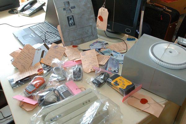 Illustration d'une saisie de matériel de fabrication de fausses cartes bancaires.