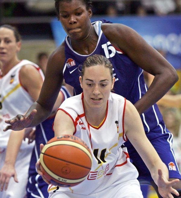 Sandra Dijon en juin 2005 dans un France-Espagne, aujourd'hui la joueuse est coach, avec les N3 garçons de Caen Nord