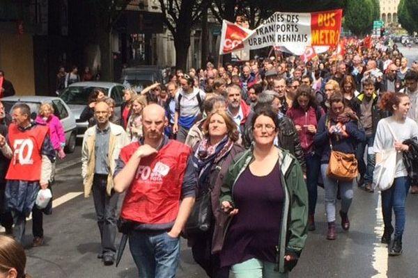 Un millier de manifestants défilent actuellement à Rennes, ici avenue Jean-Janvier.