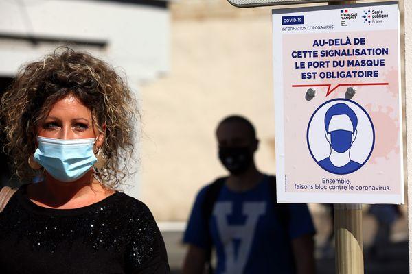Une femme porte un masque dans les rues de Montbéliard - Photo d'illustration