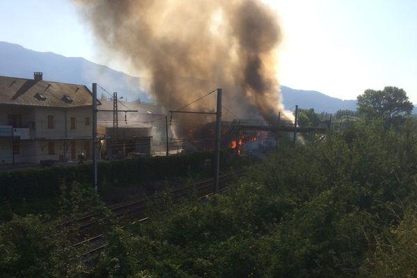 Le trafic SNCF a été interrompu pour permettre l'intervention des pompiers