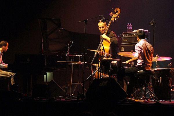Avishai Cohen était accompagné sur scène de Nitai Hershkovits, au piano, et Afri Nehemya, à la batteire, deux très jeunes musiciens talentueux.