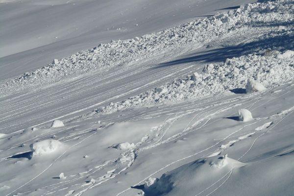 """Dans les Pyrénées-Atlantiques, le manteau neigeux atteint déjà un mètre dès 1200 m d'altitude. Avec le redoux, """"De très nombreuses avalanches de neige humide vont se produire dans la nuit de mercredi à jeudi"""", alerte Météo-France."""
