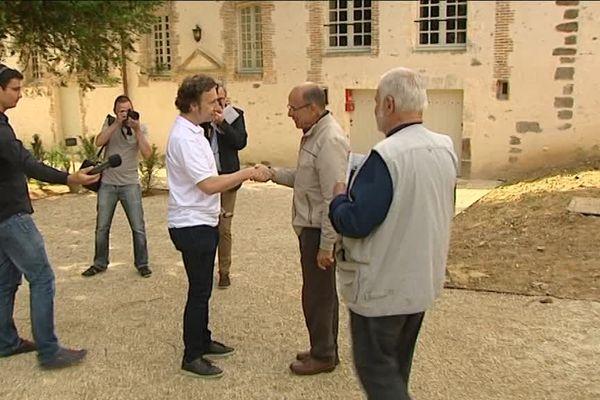 L'animateur Stéphane Bern accueille le premier visiteur du musée du collège royal de Thiron-Gardais ( Eure-et-Loir). 6 juillet 2016