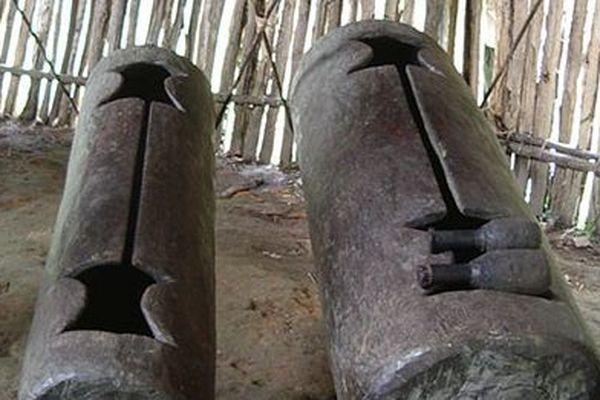 Une paire de tambours Manguaré dans le village de Brillo Nuevo au Pérou