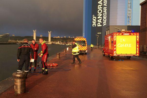 Sur les quais de Rouen, mardi 28 janvier 2020, les pompiers interviennent pour récupérer un homme tombé dans la Seine.