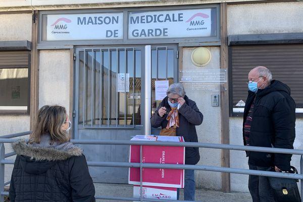 L'attente pour s'inscrire pour la vaccination devant la maison médicale de garde de Carcassonne.