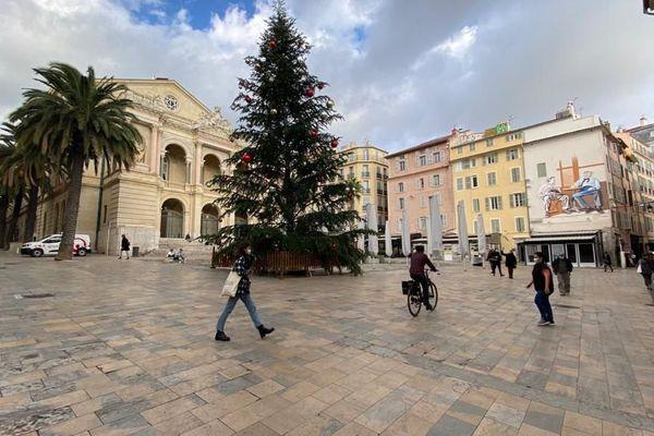 Sur la place de l'opéra à Toulon, le sapin de 18 mètres a été livré par une entreprise cannoise.