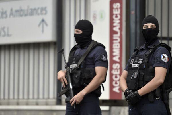 La police en faction devant l'hôpital Georges Pompidou où le suspect de l'attaque à la voiture-bélier contre des militaires a été hospitalisé ( le 11 août dernier )