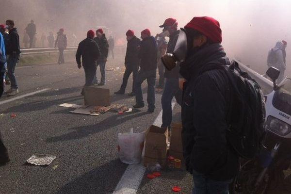 La violence des heurts entre les manifestants et les forces de l'ordre au Pont-de-Buis dans le Finistère