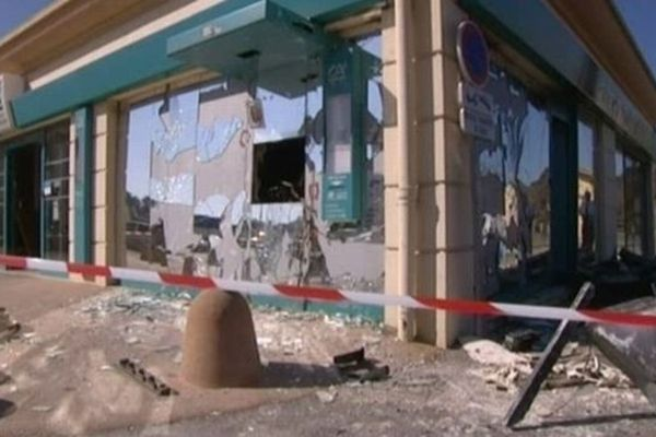 Un distributeur détruit dans le Var en 2012