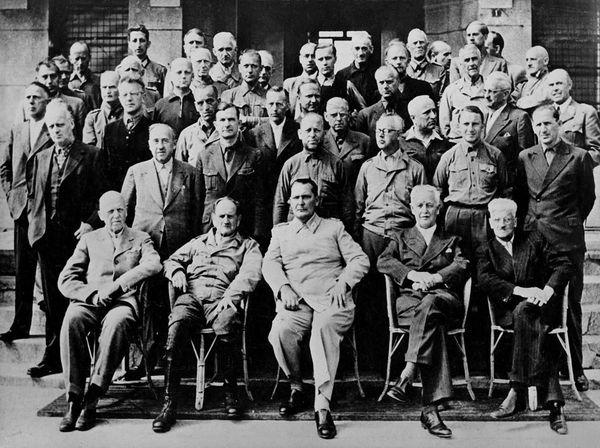 Les prisonniers nazis, au centre desquels se trouve Goering.