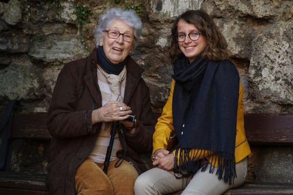 Colette, 93 ans, accompagnée de Lucie Fouble, 19 ans, passionnée par la seconde guerre mondiale et bénévole au centre d'histoire et de mémoire de la Coupole à Helfaut (Pas-de-Calais).