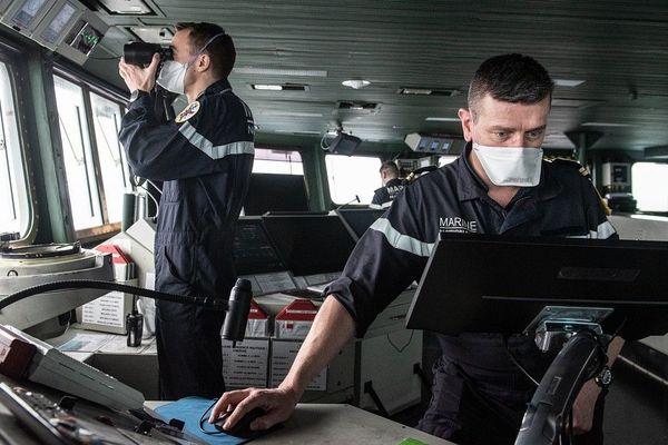 Cinquante marins testés positifs au Covid-19 à bord du porte-avions Charles de Gaulle, trois membres d'équipage évacués. En attendant l'arrivée au port d'attache, Toulon, l'activité se poursuit à bord avec des masques de protection FFP2.