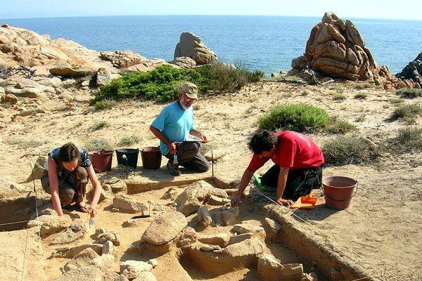 Un site archéologique majeur a Monaccia : les fouilles ont permis de mettre au jour, en bord de mer, un campement de l'époque mésolithique, datant de 7000 a 9000 avant notre ère. L'étude de plus de 500 échantillons d'outillage lithique devrait permettre une nouvelle avancée dans la connaissance des premiers peuplements de la Corse. Monaccia, le 28 juin 2005.