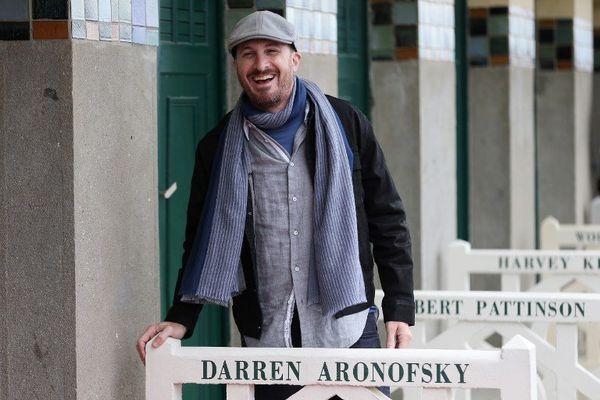 Darren Aronofsky découvre sa cabine à Deauville