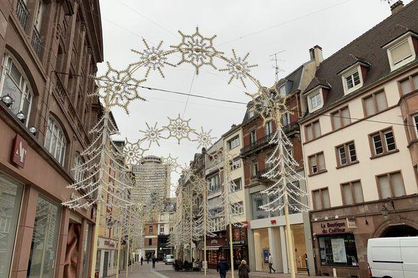 Rue Mercière à Mulhouse l'arche lumineuse est encore plus imposante que l'an passé: 11 mètres de hauteur pour un effet enveloppant