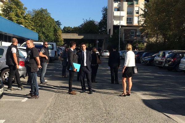 Les premiers officiels présents à Echirolles. Ils attendent l'arrivée de Gérard Collomb.