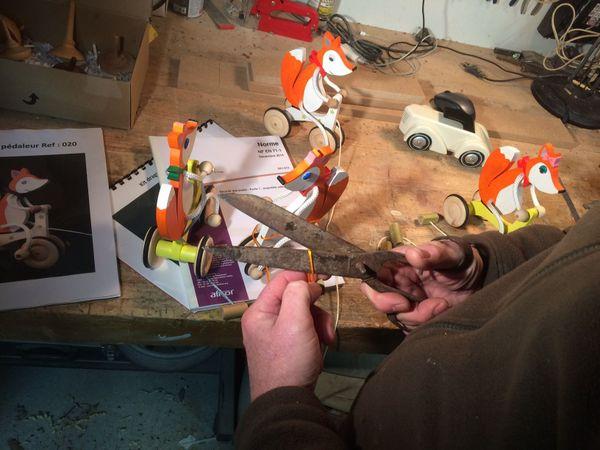 Patrice Albert va devoir stopper sa production de jouets en bois artisanal. France 3 Périgords - Philippe Niccolaï