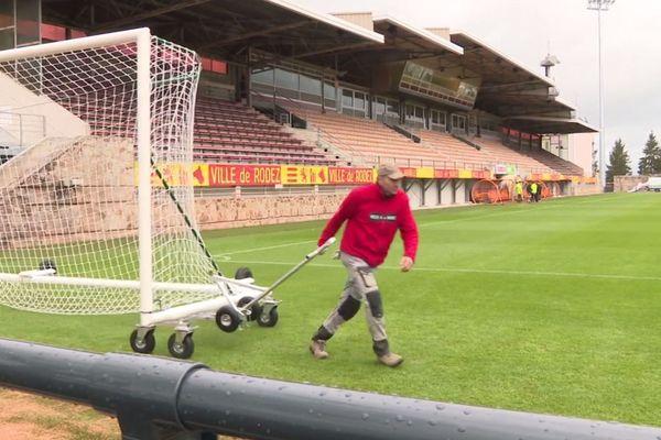 Derniers travaux de finition au stade Paul Lignon de Rodez pour accueillir ce vendredi soir le premier match du RAF à domicile en Ligue 2.