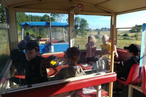 En Haute-Loire, à Saint-Pal-de-Mons, les écoliers vont à l'école en draisine le temps de travaux routiers aux abords de l'école.