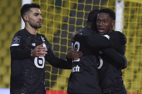 Jonathan David félicité par ses co-équipiers Zeki et Weah après avoir marqué contre le FC Nantes le 7 février dernier au stade La Beaujoire à Nantes.
