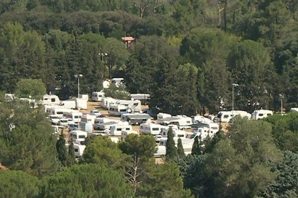 Pont du Gard - 500 caravanes se sont installées légalement sur un parking du conseil départemental du Gard - 30 juillet 2019.