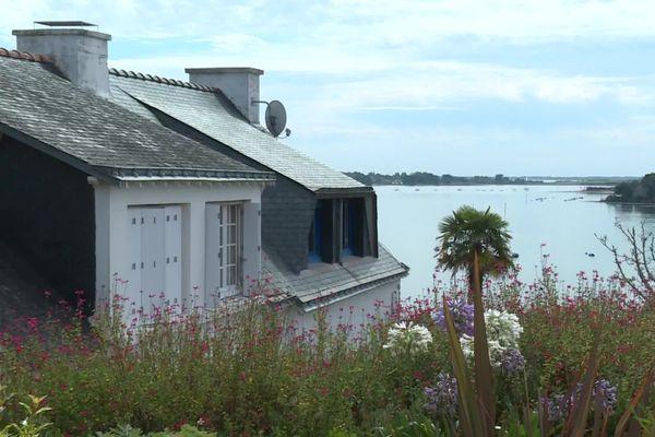 Pour attirer un médecin sur l'Ile-aux-Moines, la commune proposait un logement de fonction avec vue imprenable sur le golfe du Morbihan. Christine Hochard et son mari sont arrivés en janvier 2021.