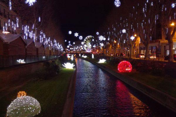 Perpignan - La grande roue devant le Castillet et les illuminations de Noël - 2 décembre 2020.