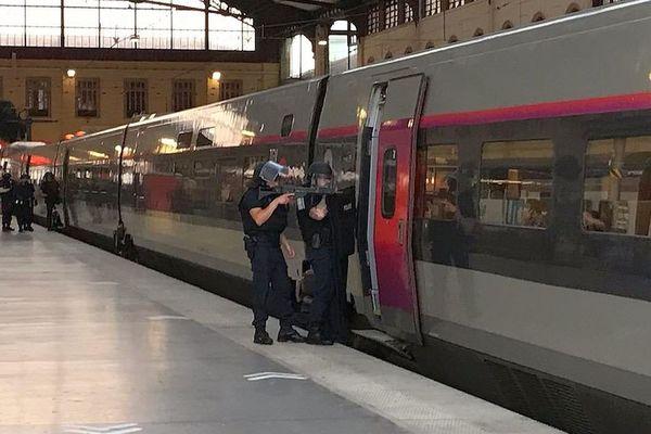 15.06.2021. Marseille : la gare Saint-Charles bouclée, un individu armé interpellé dans un TGV.