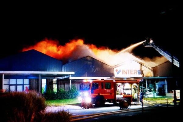 Le feu a entièrement détruit le magasin Intersport de Savenay.
