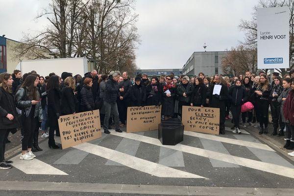 Rassemblement des enseignants et des élèves devant le lycée Henri Vogt.