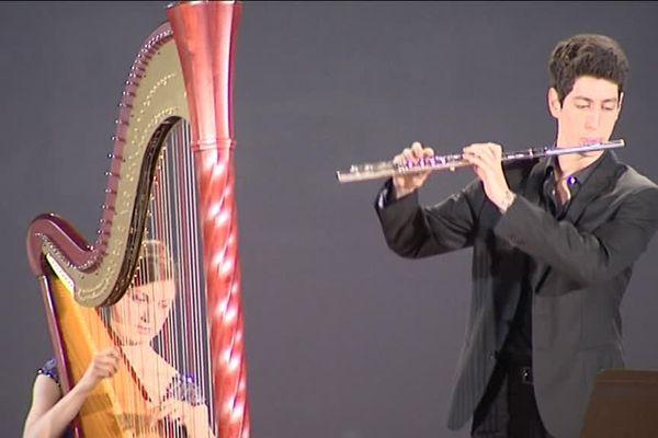 A la harpe, Louise Augoyard. A la Flûte, Sylvain Barrès. Tous deux sont originaires de la Corrèze.