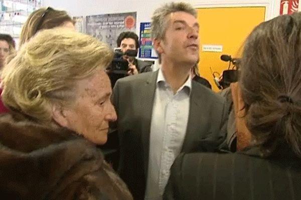 Bernadette Chirac à son arrivée à la maison des adolescents de Caen, accueillie par le professeur Genvresse