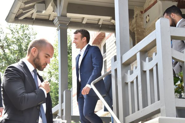 Emmanuel Macron et ses gardes du corps dans sa villa du Touquet