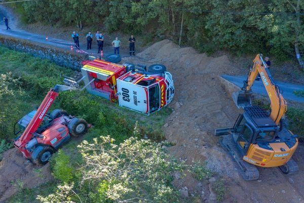 Saint-André-de-Majencoules (Gard) - la route s'est effondrée sous le poids du camion-citerne des pompiers - 7 juillet 220.