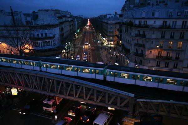 Des métros et tramways vont circuler la nuit, à titre expérimental.