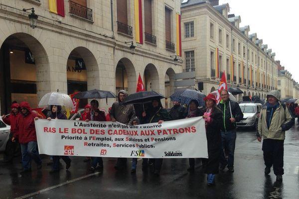 De 380 à 500 personnes ont marché de la place de Loire à la place du Martroi, à Orléans, le 1er mai 2015.