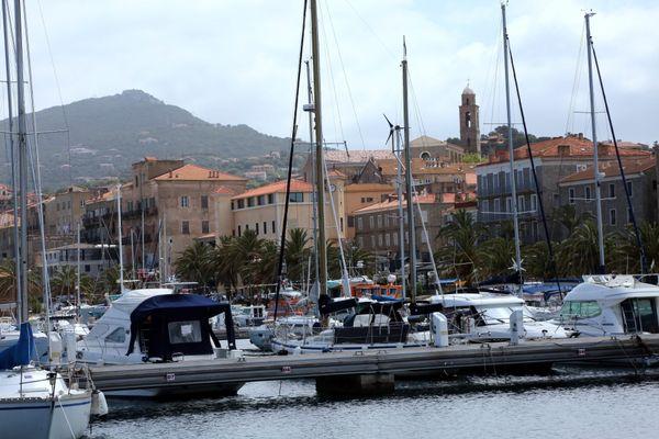 Le port de Prorpiano, où se situe l'établissement pris pour cible.