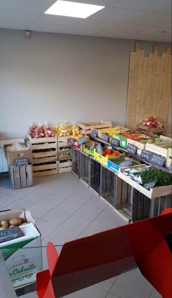 Des fruits et légumes remplacent les tables de restaurant au P'tit Saint Pierre de Cérelles.