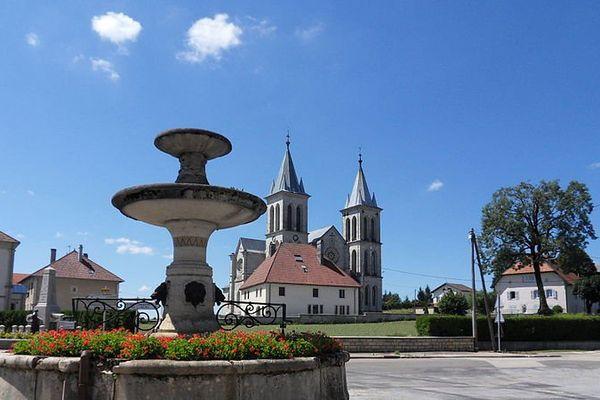 L'église de Boujailles se voit de loin avec ses deux flèches plantées dans le ciel du Haut Doubs.